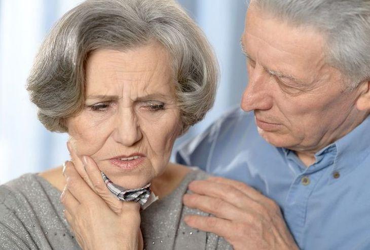 Les études sur l'impact de la colle dentaire sur les caries ne sont pas probantes